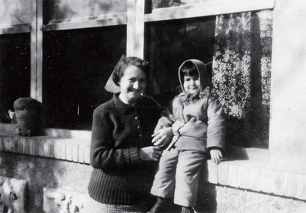 华新民小时候和母亲在一起